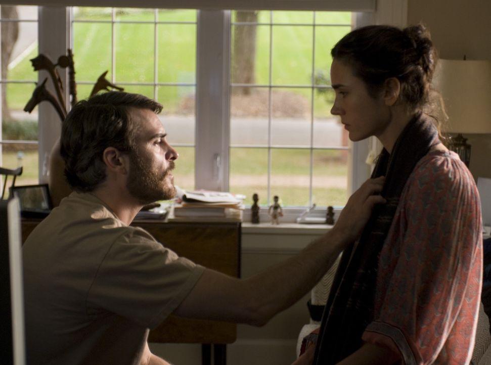 Nur noch die Suche nach dem Mörder seines Sohnes bestimmt Professor Ethan Learners (Joaquin Phoenix, l.) Leben. Dabei vergisst er völlig seine ebenf... - Bildquelle: TOBIS Film