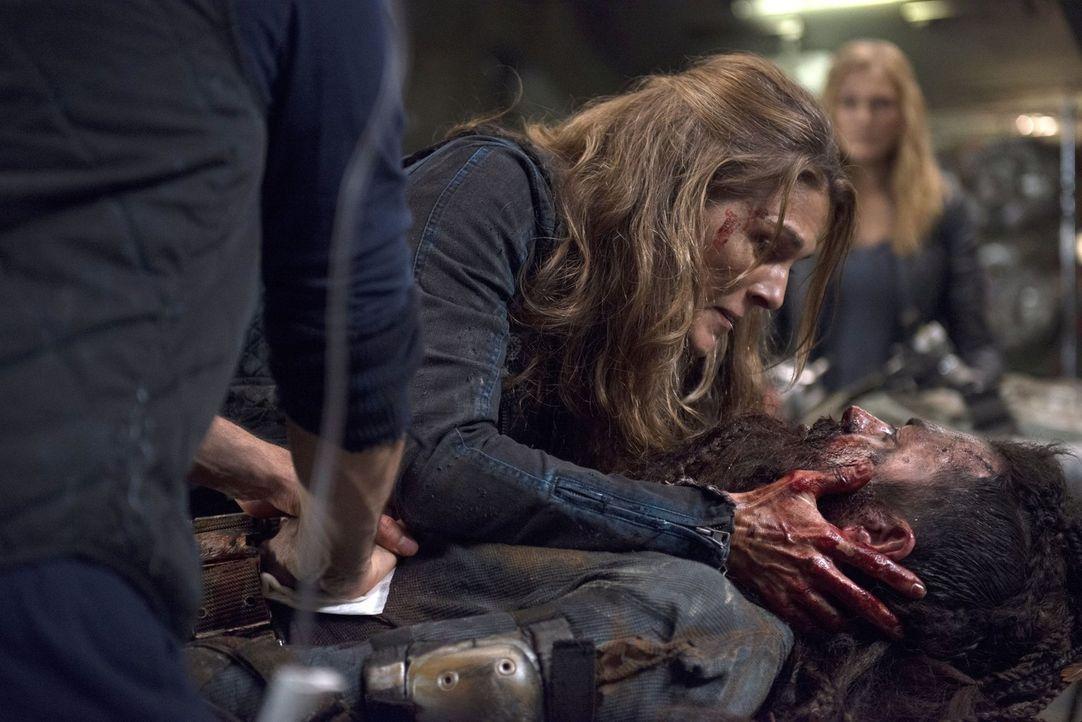 Die Allianz wird erneut auf eine harte Probe gestellt, als Abi (Paige Turco) das Leben eines Grounders nicht mehr retten kann ... - Bildquelle: 2014 Warner Brothers
