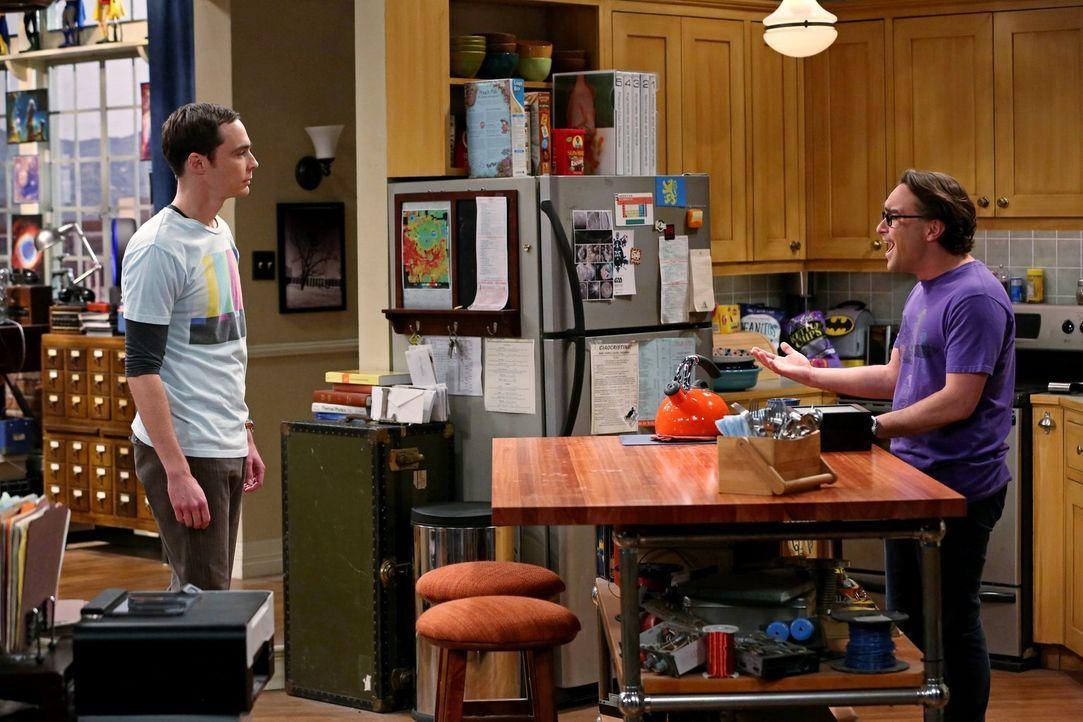 Geraten wegen der möglicherweise bevorstehenden Wohnsituation aneinander: Leonard (Johnny Galecki, r.) und Sheldon (Jim Parsons, l.) ... - Bildquelle: Warner Brothers