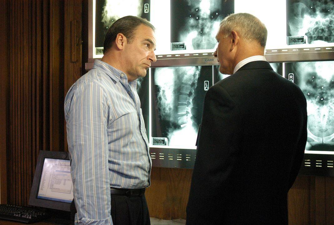 Nach dem Attentat eines Serienkillers, erkundigt sich Agent Jason Gideon (Mandy Patinkin, l.) bei Dr. Erstadt (Tim Halligan, r.) nach den Verletzten... - Bildquelle: Gale Adler Touchstone Television