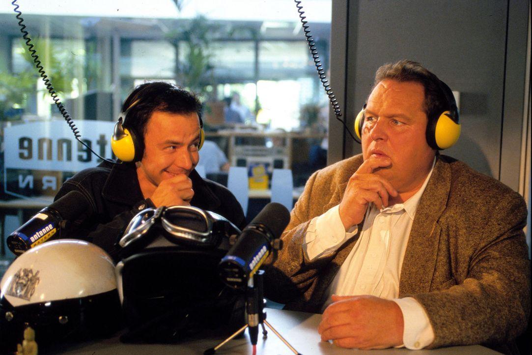 Benno (Ottfried Fischer, r.) und der Kriminalassistent Philipp Naderer (Felix Eitner, l.) sind bei einer Radio-Station auf Spurensuche. - Bildquelle: Magdalena Mate Sat.1