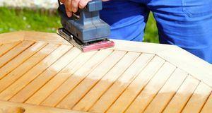 Wer Holz schleifen möchte, kann die großen Flächen zum Beispiel mit einem Sch...