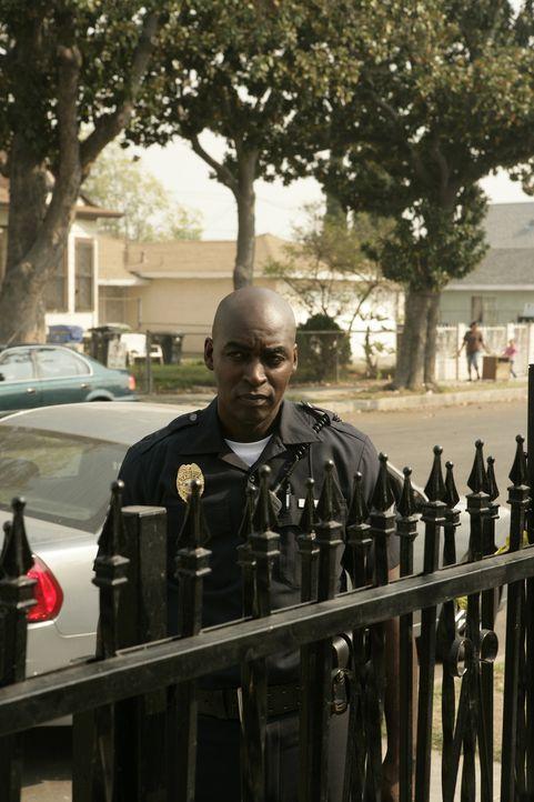 Detective Julien Lowe (Michael Jace, r.) geht die Täterbeschreibungen durch. Sie treffen auf den flüchtigen Shane und seine Frau zu ... - Bildquelle: 2007 Twentieth Century Fox Film Corporation. All Rights Reserved.