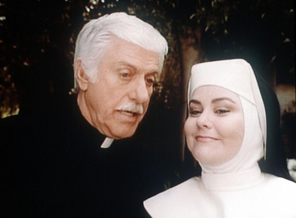 Sloan (Dick Van Dyke, l.) bekommt von Schwester Michael (Delta Burke) Verhaltensmaßregeln erklärt. - Bildquelle: Viacom