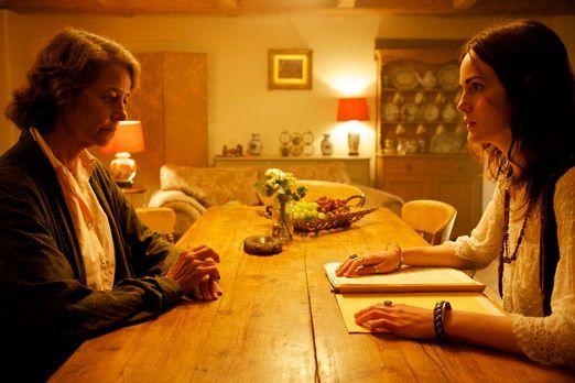 Ruth Gilmartin (Michelle Dockery, r.) ist geschockt, als sie von der wahren I...