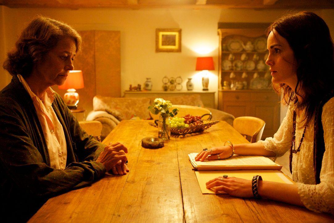 Ruth Gilmartin (Michelle Dockery, r.) ist geschockt, als sie von der wahren Identität von Sally (Charlotte Rampling, l.) erfährt und trotzdem ist si... - Bildquelle: TM &   2012 BBC