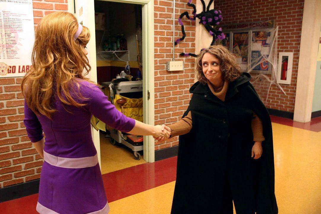 Tessa (Jane Levy, l.) weckt das Interesse der berüchtigten Hexe von East Chatswin (Rachel Dratch, r.) ... - Bildquelle: Warner Brothers