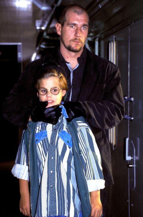 Für den Mörder (Martin Hub, r.) ist der kleine Alex (Leon Keen, l.) nur Mittel zum Zweck ... - Bildquelle: Magdalena Mate ProSieben