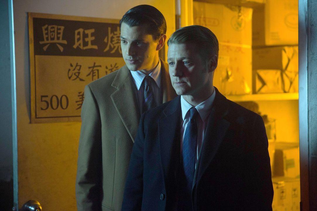 Versuchen gemeinsam, gegen Comissioner Loeb vorzugehen: Gordon (Ben McKenzie, r.) und Harvey Dent (Nicholas D'Agosto, l.) ... - Bildquelle: Warner Bros. Entertainment, Inc.