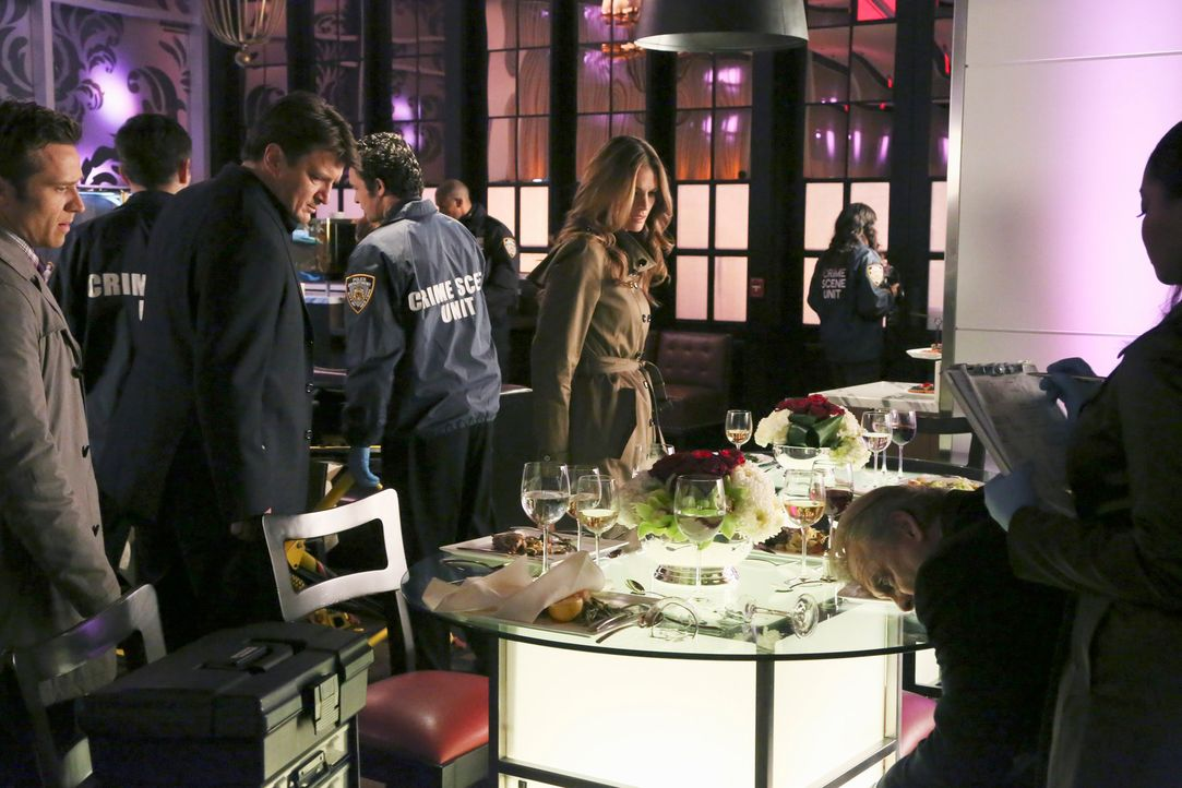 Kevin Ryan (Seamus Dever, l.), Richard Castle (Nathan Fillion, 2.v.l.), Kate Beckett (Stana Katic, M.) und Lanie Parish (Tamala Jones, r.) sind auf... - Bildquelle: ABC Studios