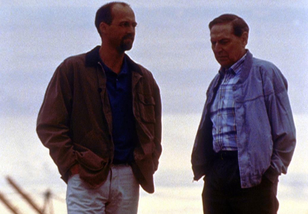 Vorsichtig bahnt sich zwischen Vater (Anthony Edwards, l.) Sohn (John Cullum, r.) eine Versöhnung an. - Bildquelle: TM+  2000 WARNER BROS.