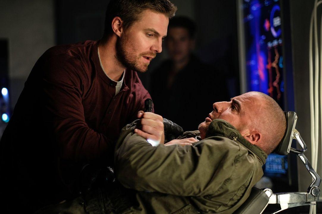 Als Oliver Queen (Stephen Amell, l.) von einem Historiker den Hinweise bekommt, dass seine Freunde möglicherweise bei einer Mission gestorben sind,... - Bildquelle: Warner Brothers