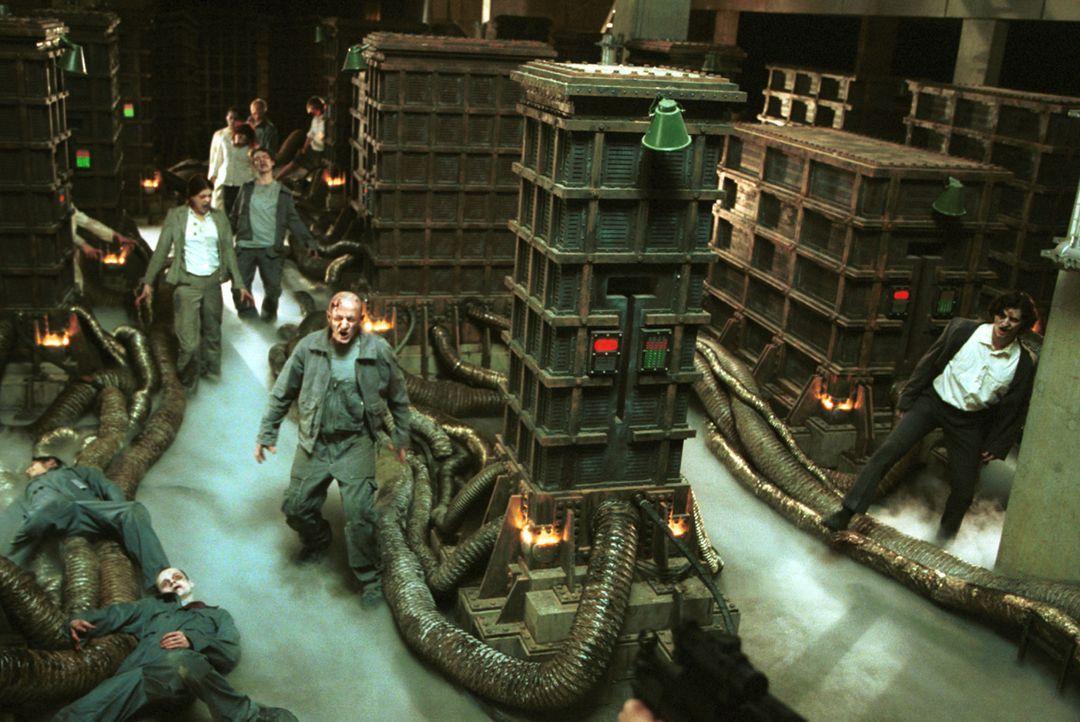 Noch sind die Infizierten Zombies durch die künstliche Intelligenz Red Queen in dem Firmengebäude gefangen. Aber nicht mehr lange ... - Bildquelle: Constantin Film Verleih GmbH