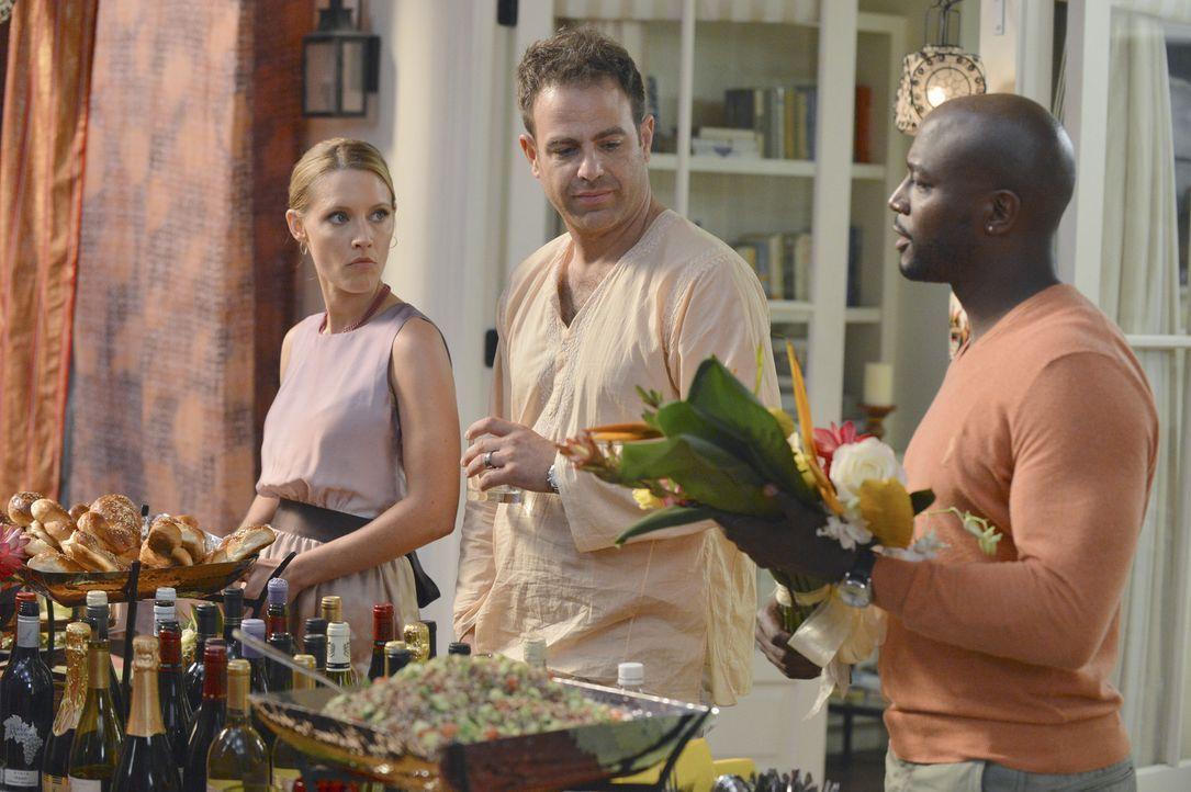 Charlotte (KaDee Strickland, l.), Cooper (Paul Adelstein, M.), Sam (Taye Diggs, r.) und die restlichen Ärzte versammeln sich für eine Feier zu Ehr... - Bildquelle: ABC Studios