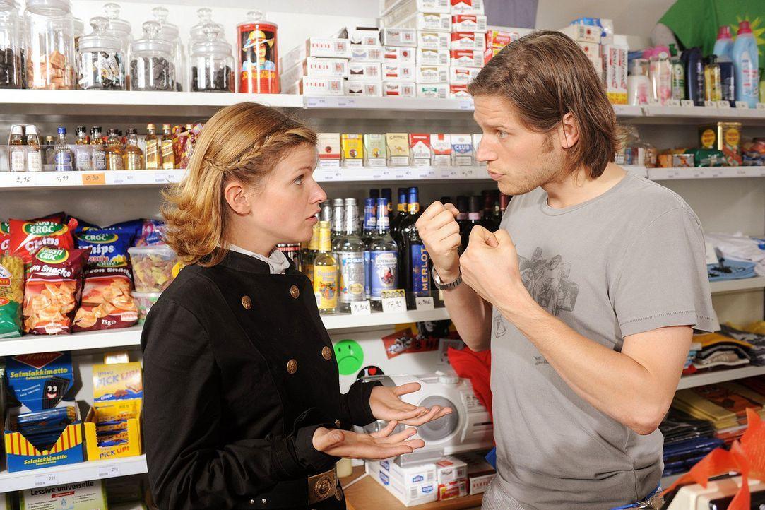 Lilly (Mira Bartuschek, l.) streitet sich mit ihrem Bruder Lukas (Sebastian Ströbel, r.). - Bildquelle: Sat.1