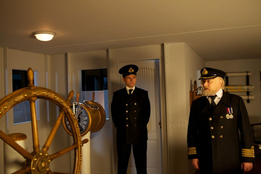 Nach der Kollision mit einem Eisberg, dringt langsam aber stetig eiskaltes Wasser in den Schiffbauch der Titanic. Mr. Murdoch (Vilis Daudzins, l.) u... - Bildquelle: CJ December Dangerous Films Ltd