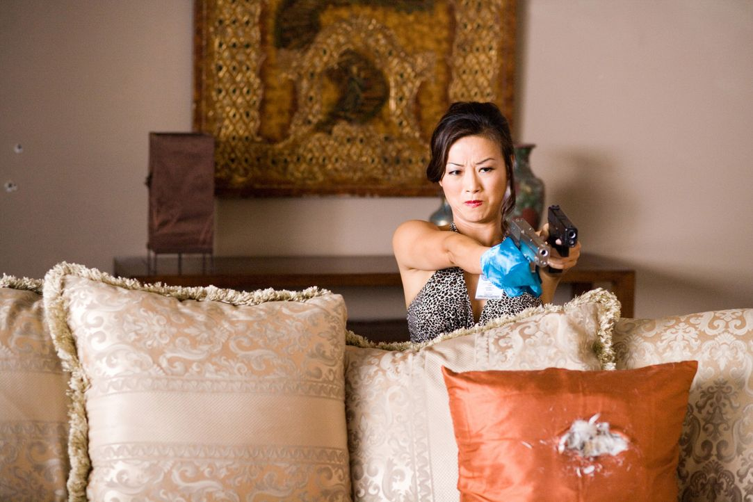 Kann UN-Agent Neil Shaw der attraktiven Sun Yi (Sung Hi Lee) trauen? - Bildquelle: 2009 Sony Pictures Home Entertainment Inc. All Rights Reserved.
