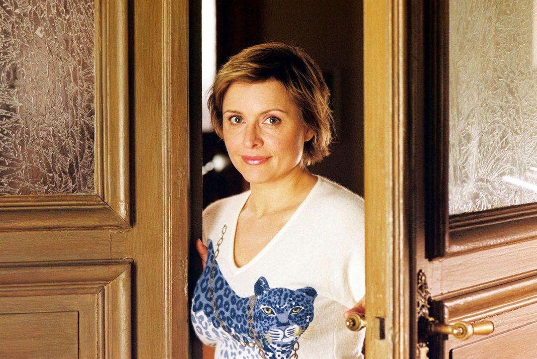Biene (Isabel Tuengerthal) kündigt den neuen Mandanten an. Karl Wagner, Inhaber eines Edel-Restaurants, will Schadenersatz vom Gourmet-Papst Günter... - Bildquelle: Hardy Spitz Sat.1