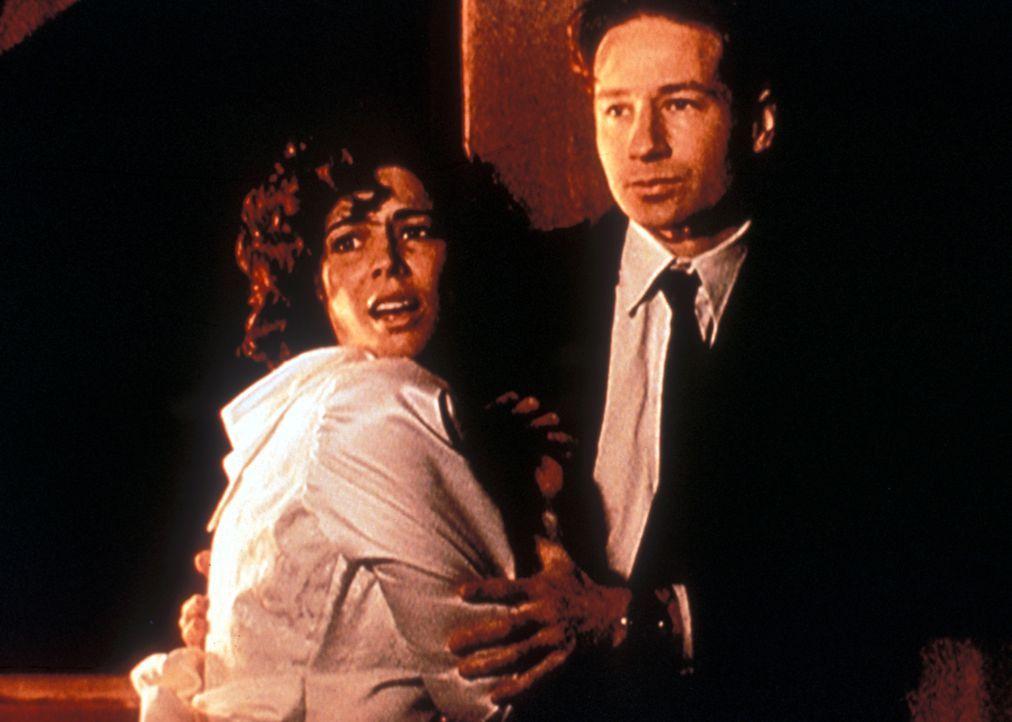 Mulder (David Duchovny, r.) hält Ariel Weiss (Justine Miceli, l.) zurück, die sich am liebsten dem Golem ihres ermordeten Verlobten in die  Arme stü... - Bildquelle: TM +   Twentieth Century Fox Film Corporation. All Rights Reserved.
