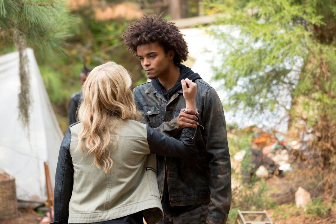 Diego gegen Rebekah - Bildquelle: Warner Bros. Entertainment Inc.