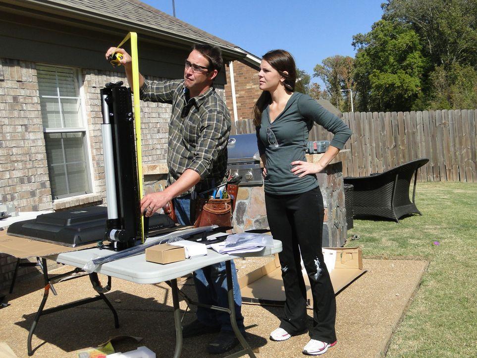 Josh (l.) und sein Team sollen den unfertigen Dachboden von Leslie (r.) und ihrem Mann Brandon zu einem rustikalen Rückzugsort umbauen ... - Bildquelle: 2012, DIY Network/Scripps Networks, LLC. All Rights Reserved.