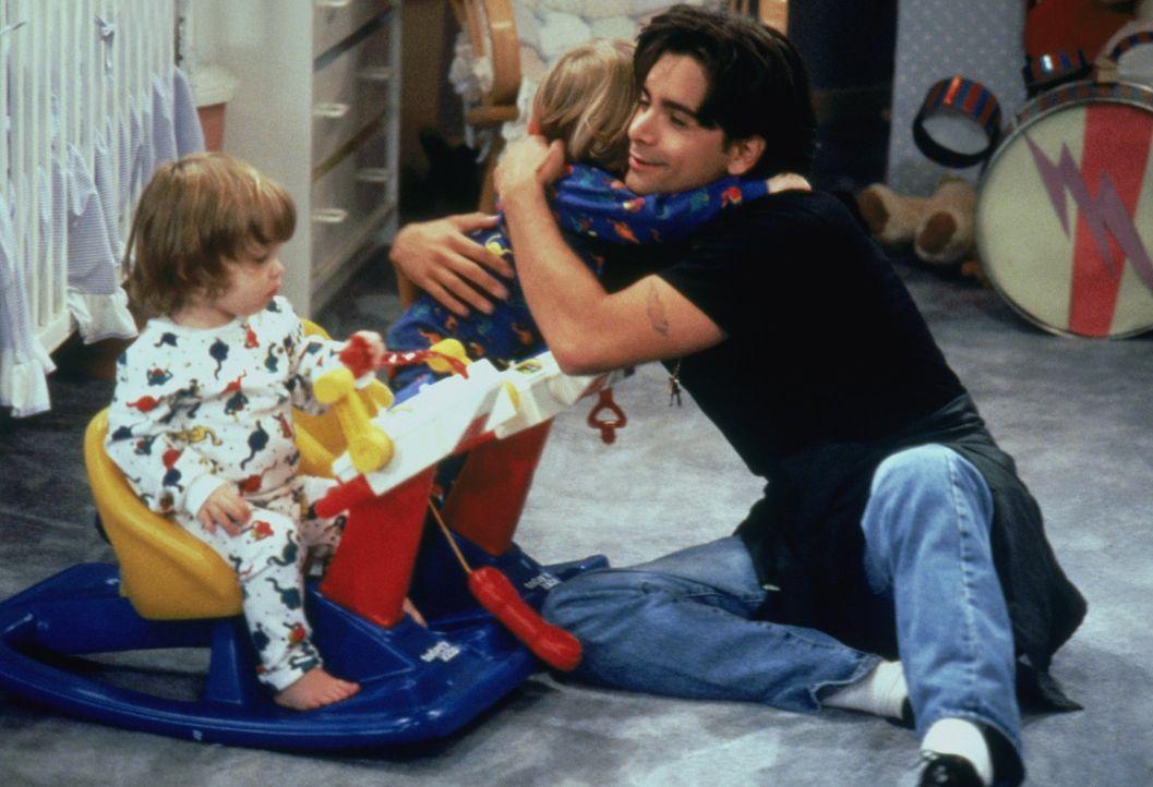 Für seine Söhne Nick und Alexander (Blake/Dylan Tuomy-Wilhoit) würde Jesse (John Stamos, r.) alles tun - auch wieder zur Schule gehen? - Bildquelle: Warner Brothers Inc.