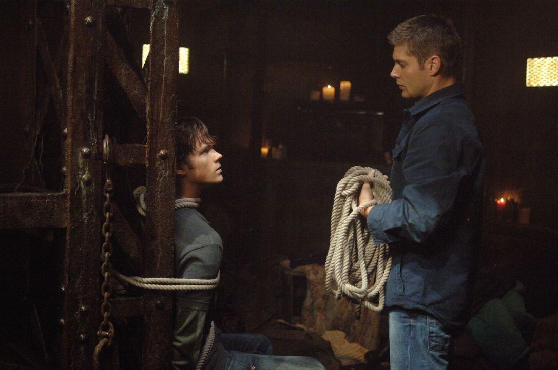Der Formwandler hat das Aussehen von Dean (Jensen Ackles, r.) angenommen und versucht nun Sam (Jared Padalecki, l.) zu töten. Doch wird es ihm geli... - Bildquelle: Warner Bros. Television