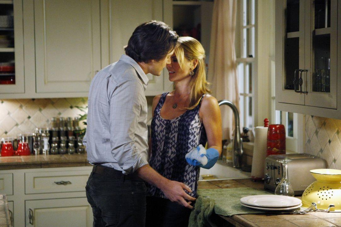 Debbie (Lori Loughlin, r.) und Ryan (Ryan Eggold, l.) fühlen sich beide einsam. Als Debbie als Babysitterin für Jack einspringt und Ryan das Baby... - Bildquelle: TM &   CBS Studios Inc. All Rights Reserved