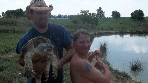 Der Schildkröten-Mann Ernie Brown Jr. (r.) und Jake (l.) sind stolz auf ihren...