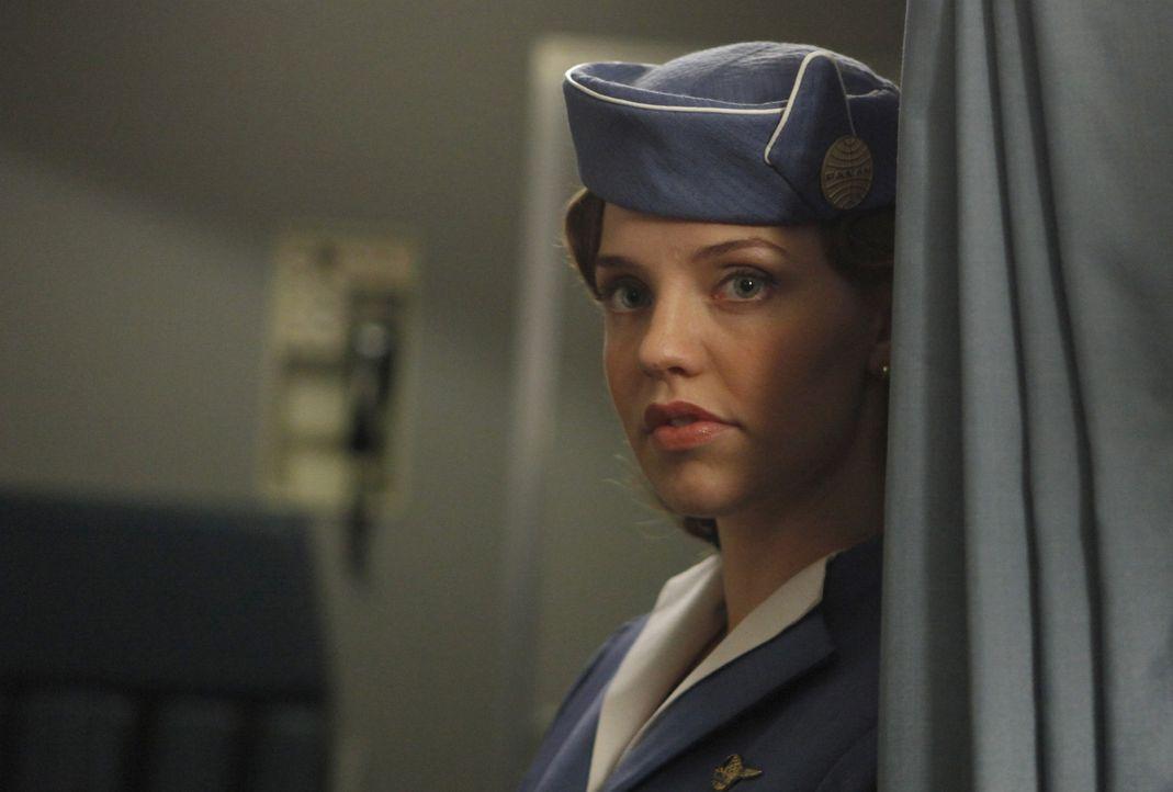 Die Bekanntschaft mit einem CIA-Agenten führt zu großen Veränderungen im Leben von der jungen Pan Am Stewardess Kate Cameron (Kelli Garner) ... - Bildquelle: 2011 Sony Pictures Television Inc.  All Rights Reserved.
