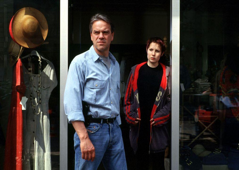 Während eines Einkaufsbummels werden Kommissar Wolff (Jürgen Heinrich, l.) und seine Tochter Verena (Nadine Seiffert, r.) Zeugen eines Raubüberfa... - Bildquelle: Alfred Raschke Sat.1