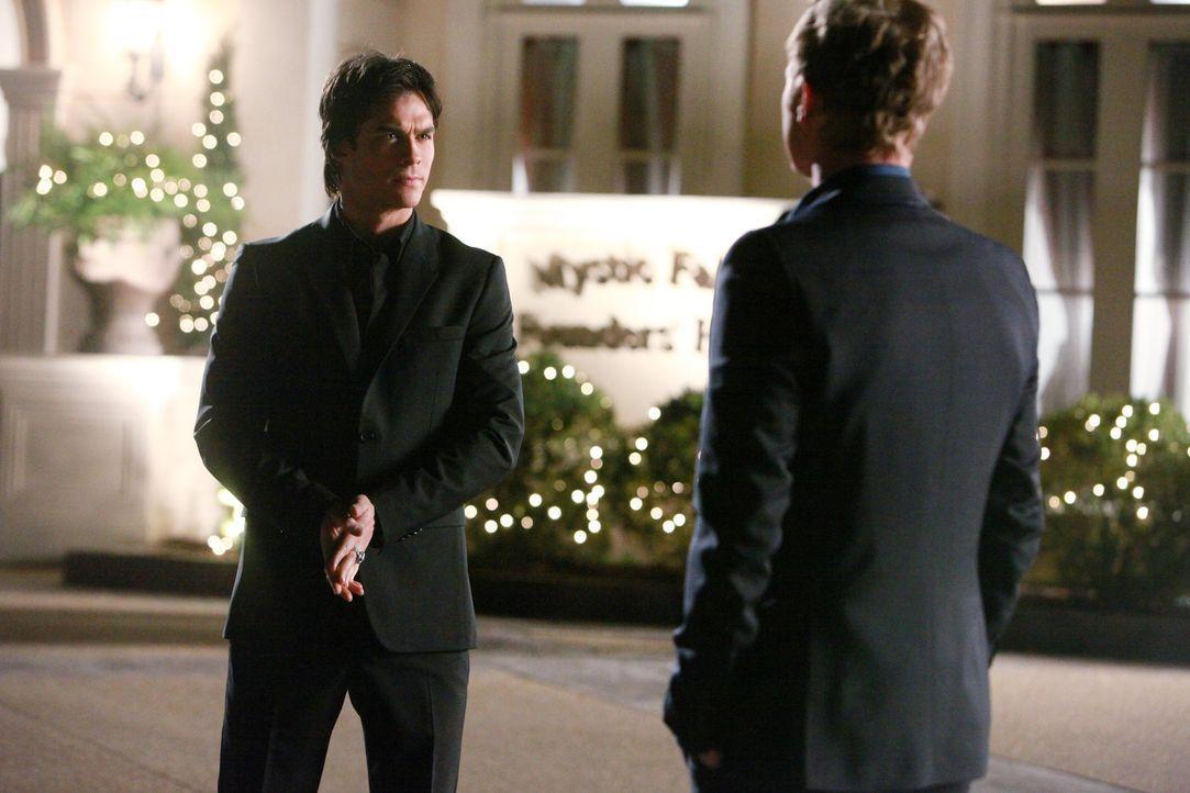 John (David Anders, r.) macht Damon (Ian Somerhalder, l.) unmissverständlich klar, dass er über die Vampire und die Gruft Bescheid weiß ... - Bildquelle: Warner Bros. Television