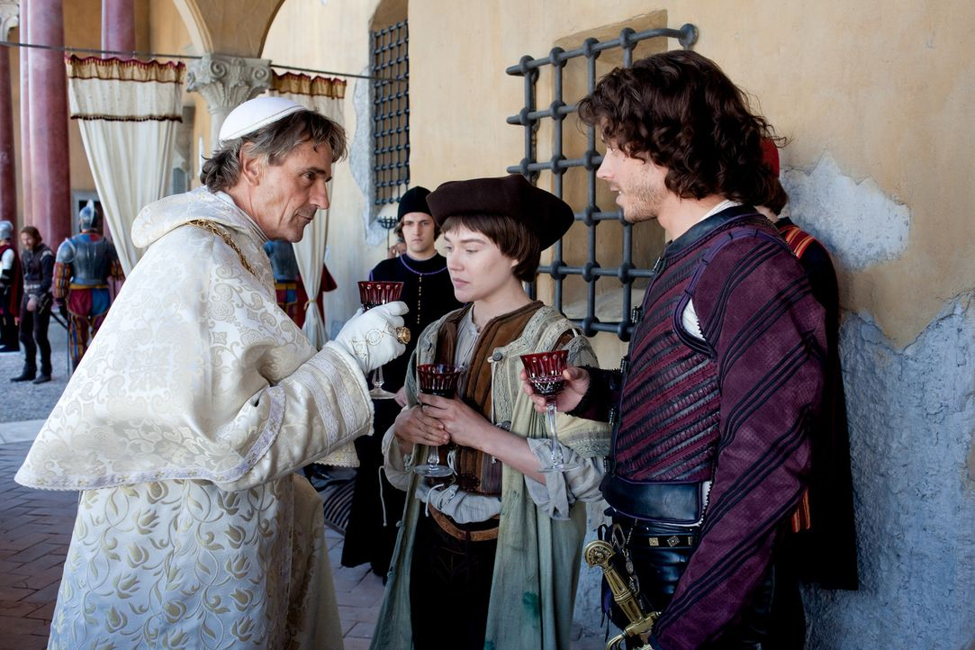 Ihre geniale Idee bringt Vittoria (Jemima West, M.) näher an den mächtigen Papst Alexander (Jeremy Irons, l.) und seinen Sohn Cesare (Francois Arn... - Bildquelle: Jonathan Hession LB Television Productions Limited/Borgias Productions Inc./Borg Films kft/ An Ireland/Canada/Hungary Co-Production. All Rights Reserved.