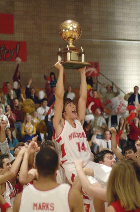 Gemeinsam mit seiner Mannschaft gelingt es Basketballstar Troy (Zac Efron), die Meisterschaft zu gewinnen. Doch kann er auch das Casting für sich e... - Bildquelle: The Disney Channel
