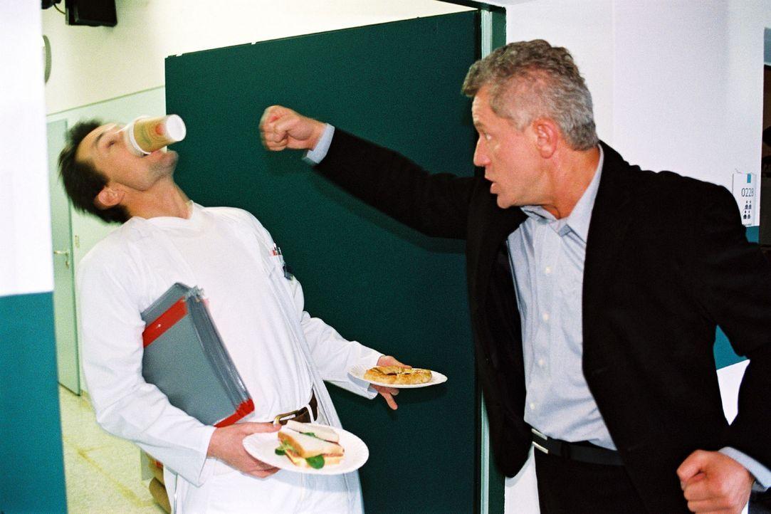 Der junge Arzt Uwe Springer (Hans Werner Meyer, l.) und Prof. Richard Stein (Miroslav Nemec, r.) prügeln sich um eine Frau: Anna Lenz - Bildquelle: Volker Roloff Sat.1