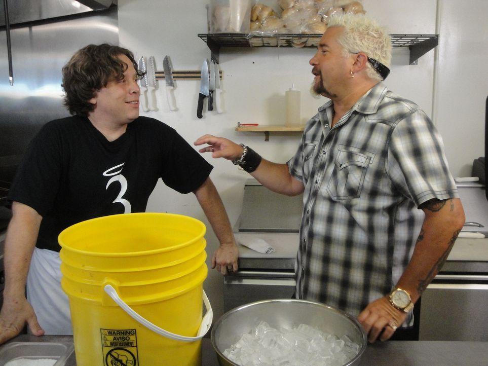Die Kombination aus gutem Essen und einer familiären Atmosphäre sind das Erfolgsgeheimnis von Jason Servers (l.). Auch Guy Fieri (r.) ist sich siche... - Bildquelle: 2012, Television Food Network, G.P. All Rights Reserved.