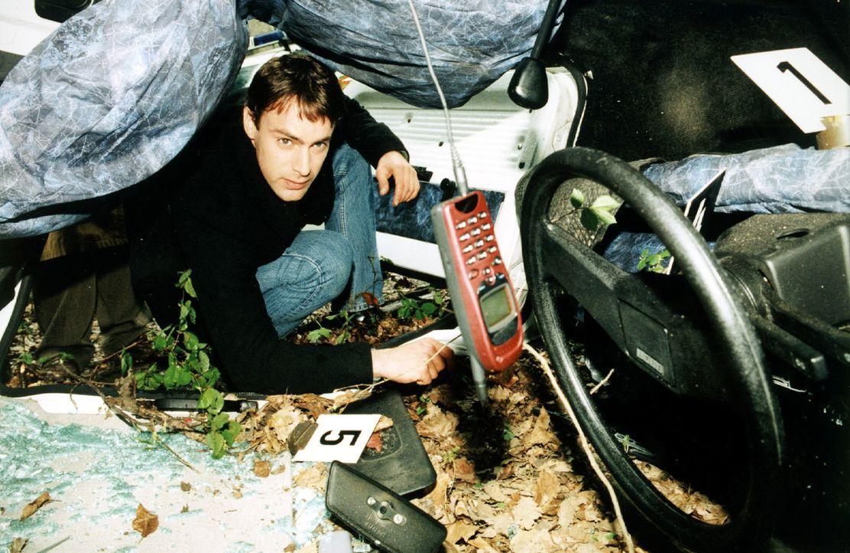 Kommissar Brandtner (Gedeon Burkhard) nimmt das Autowrack etwas genauer unter die Lupe. Er entdeckt ein Mobiltelefon. Hat die Verunglückte kurz vor... - Bildquelle: Ali Schafler Sat.1