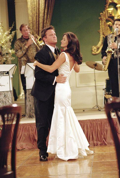 Chandler (Matthew Perry, l.) und Monica (Courteney Cox, r.) genießen ihren Hochzeitstanz ... - Bildquelle: TM+  WARNER BROS.