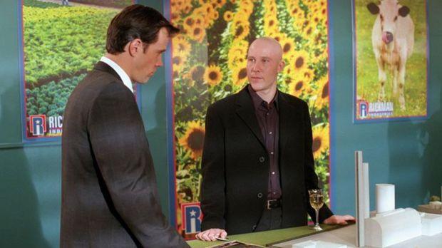 Pestizid-Hersteller Bob Rickman (Rick Peters, l.) will in Smallville eine neu...