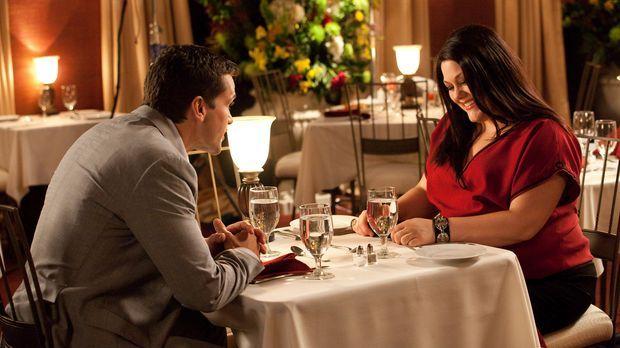 Jane (Brooke Elliott, r.) und Grayson (Jackson Hurst, l.) werden von einer be...