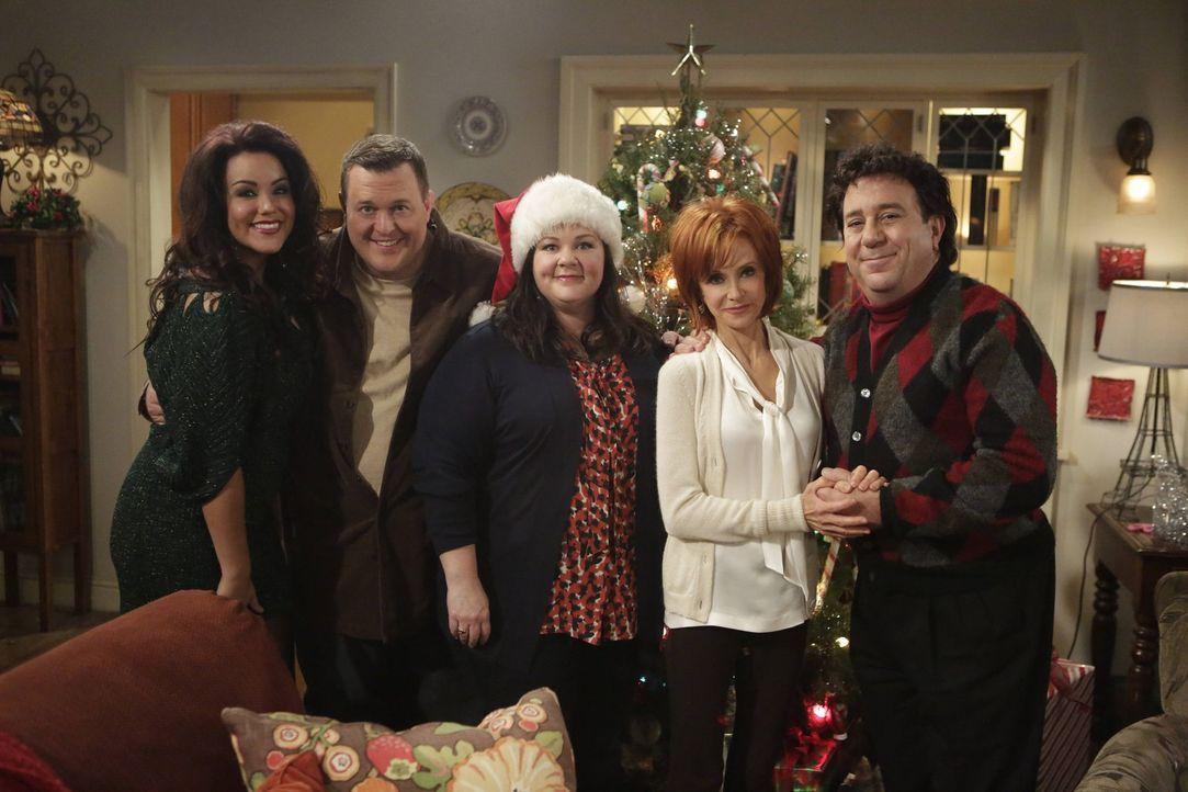 Ein Weihnachtsfest der besonderen Art: Mike (Billy Gardell, 2.v.l.), Molly (Melissa McCarthy, M.), Victoria (Katy Mixon, l.), Joyce (Swoosie Kurtz,... - Bildquelle: Warner Brothers