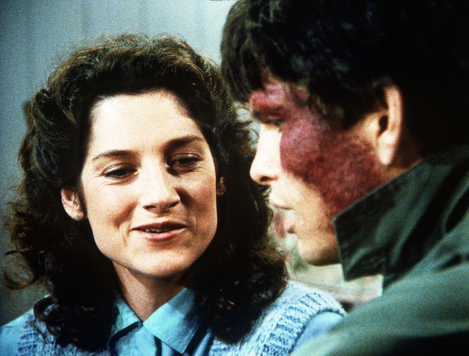 Als Rachel (Annabelle Price, l.) erzählt, dass sie bald wieder sehen kann, befürchtet Julian (Jeff Kober, r.), ihre Liebe zu verlieren. - Bildquelle: Worldvision Enterprises, Inc.