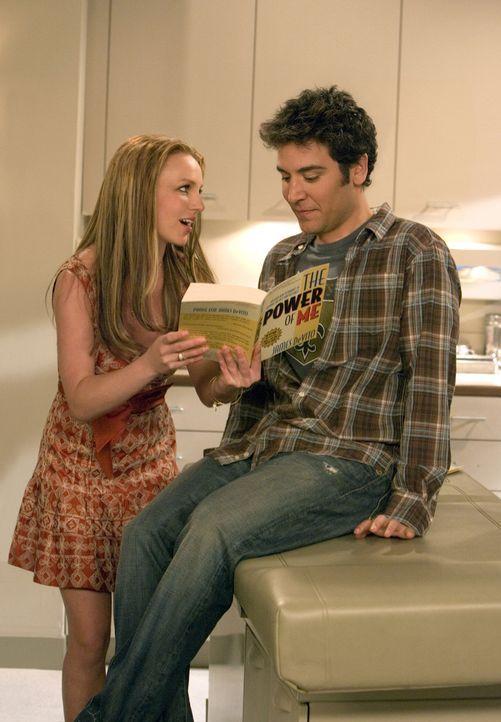 Nach anfänglicher Schüchternheit ihrerseits wird Abby (Britney Spears, l.) gegenüber Ted (Josh Radnor, r.) fast aufdringlich und er muss sich ihrer... - Bildquelle: 20th Century Fox International Television