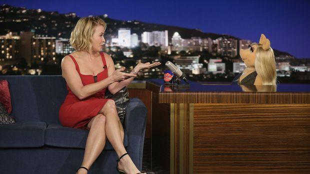 Scooter hat die Schauspielerin Chelsea Handler (l.) zu Miss Piggy (r.) in die...