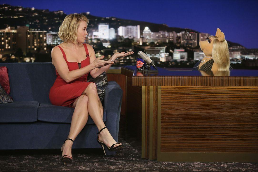 Scooter hat die Schauspielerin Chelsea Handler (l.) zu Miss Piggy (r.) in die Show eingeladen. Er ist schon lange in sie verknallt und wünscht sich... - Bildquelle: Nicole Wilder ABC Studios
