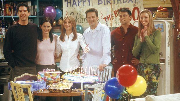 Chandler (Matthew Perry, 3.v.r.) hat seinen dreißigsten Geburtstag mit seinen...