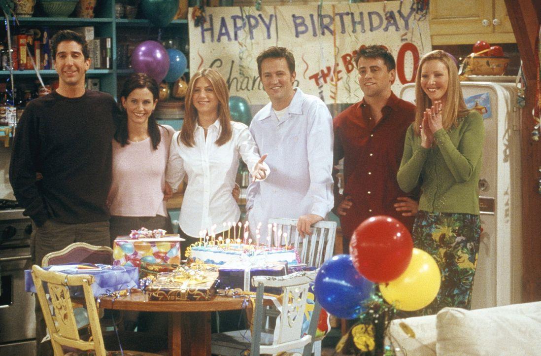 Chandler (Matthew Perry, 3.v.r.) hat seinen dreißigsten Geburtstag mit seinen Liebsten verbracht: (v.l.n.r.) Ross (David Schwimmer), Monica (Courte... - Bildquelle: TM+  2000 WARNER BROS.