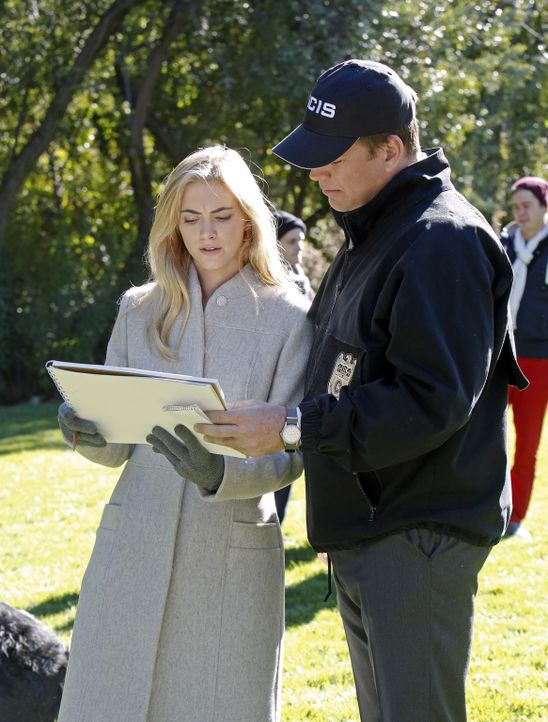 Ellie Bishop (Emily Wickersham, l.) und Special Agent Anthony DiNozzo (Michael Weatherly, r.) versuchen gemeinsam, die Steuerungseinheit einer gesto... - Bildquelle: CBS Television