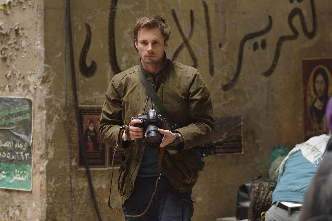 Der Auftrag in Syrien beginnt für Damien Thorn (Bradley James) wie jeder andere, doch als er einer alten Frau das Leben retten will, weckt diese bei... - Bildquelle: Ben Mark Holzberg 2016 A&E Television Network, LLC. All rights reserved.