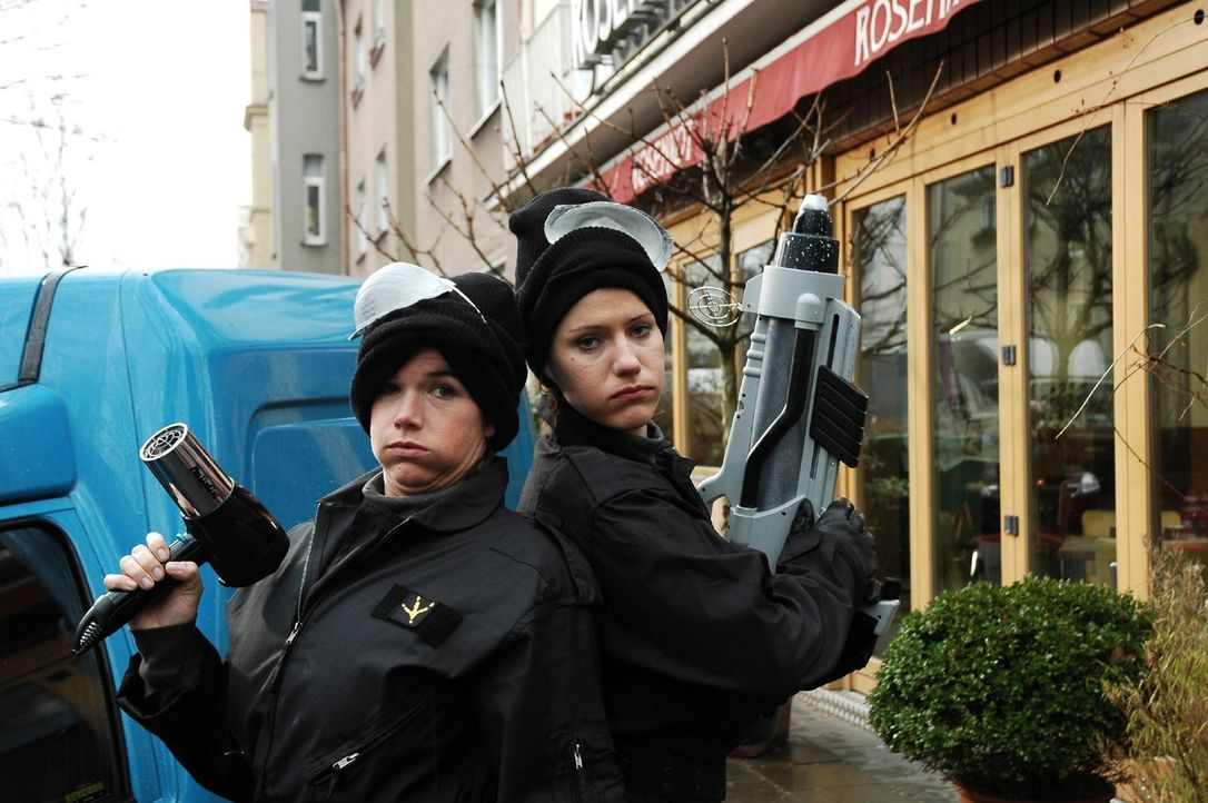 Berit Reinhard (Anke Engelke, l.) ist militante Nichtraucherin. Sie ist Anführein einer Antiraucherorganisation und kämpft an der Seite von Sonja... - Bildquelle: Martin Lässig Sat.1